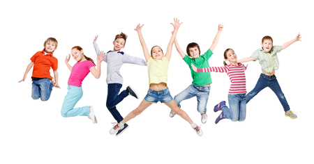 Gruppo di bambini felici e allegri saltando in sfondo isolato studio bianco. Infanzia e libertà, concetto di stile di vita attivo, copia dello spazio