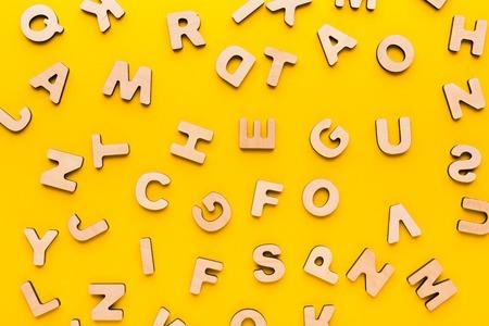 Houten Engelse letters achtergrond, kopieer ruimte. Alfabetstudie, abc, onderwijsconcept Stockfoto