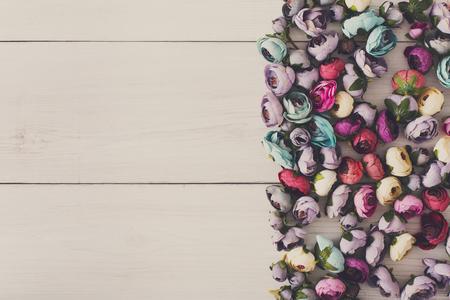 Verscheidenheid van haarrubbers die met bloemen worden verfraaid, vlak leg, gefiltreerde afbeelding. Mooi handgemaakt scrunchiesassortiment, vrouwelijke decoratie, schoonheidsconcept, exemplaarruimte voor tekst
