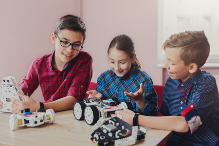Children creating robots at school, stem education, copy space. Early development, diy, innovation, modern technology concept Banque d'images
