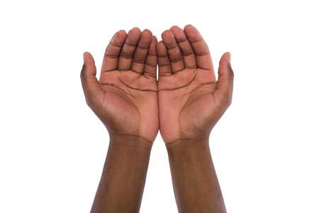 Due mani in mano o che offrono qualcosa, isolato su sfondo bianco. Aprire i palmi maschi neri, gesto maniaco