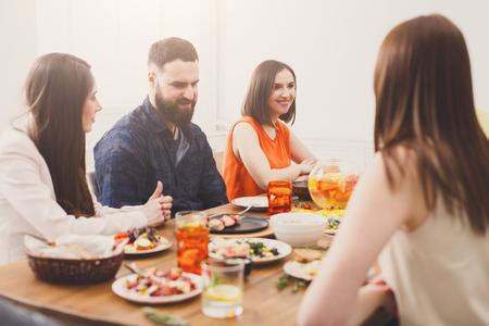 Cena con amici. Le persone felici si divertono a mangiare insieme, incontro di una giovane azienda.