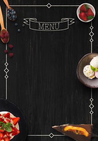 Concept de design pour la maquette de menu de desserts de restaurant. Planche de bois rustique noire avec inscription blanche et des collations sucrées, vue de dessus, espace copie pour le texte Banque d'images - 92063628