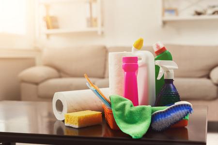 Eimer mit Chemikalienflaschen, Bürste, Handtuch und Schwamm. Haushaltsgeräte, Frühjahrsputz, Aufräumen, Reinigungsservicekonzept, Kopierraum Standard-Bild - 96292971