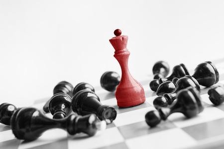 Witte schaakkoningin verslaat zwarten op schaakbord op witte achtergrond. Win en succesconcept, kopieer ruimte Stockfoto