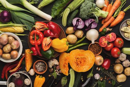 Montón de verduras orgánicas frescas sobre fondo de madera. Alimentos naturales saludables en la mesa de madera rústica. Vista superior de calabaza, puerro, zanahoria, pimiento y otros ingredientes de cocina