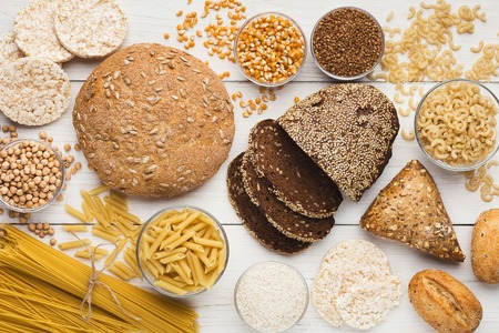 Vista dall'alto su pane, pasta e cereali sani senza glutine