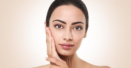 Contour du visage. Lignes pour un maquillage parfait sur le visage des modèles