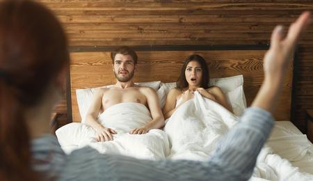 Ehefrau erwischt Ehemann mit Geliebter im Bett, betrügt in der Ehe, Scheidungsgrund Standard-Bild