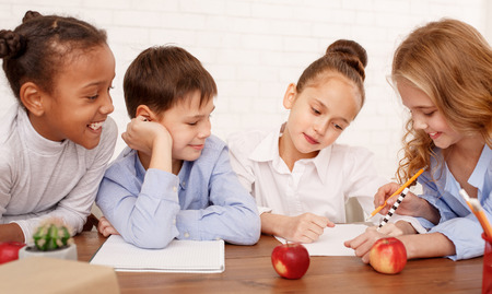 Multiracial children drawing together in classroom during lesson Stockfoto - 114585910
