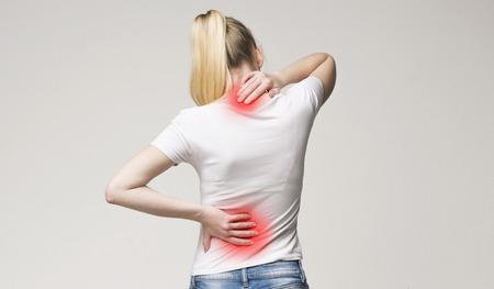 Osteoporosi della colonna vertebrale. Scoliosi. Problemi del midollo spinale sulla schiena della donna. Archivio Fotografico