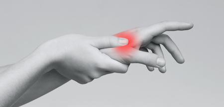 Acute pijn in vrouwelijke handpalm. Vrouw met hand naar plek van pijn in de palm, panorama