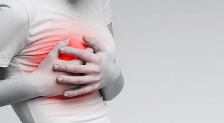 Ból biustu. Kobieta cierpiąca na bolesne uczucia, trzymająca się za piersi, monochromatyczne zdjęcie z czerwoną plamą, panorama Zdjęcie Seryjne