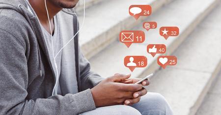 Blogueur utilisant un téléphone avec des icônes de notification de médias sociaux, panorama