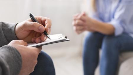 Psychologue notant les problèmes d'une patiente lors d'une séance de thérapie, panorama, espace libre Banque d'images