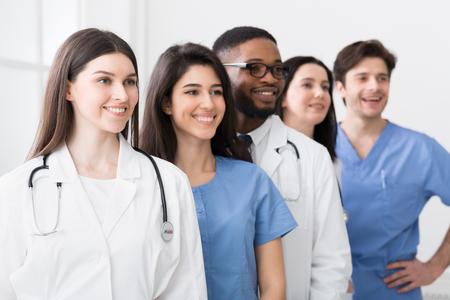 의료 인턴 팀. 병원에 서 있는 성공적인 개업의