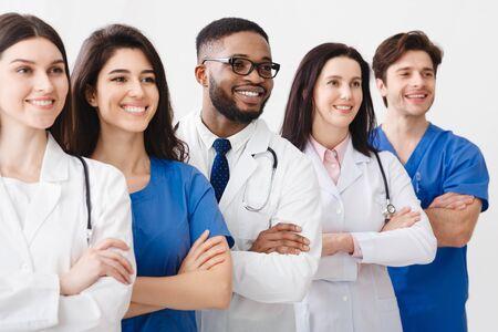 Jeunes médecins professionnels se tenant ensemble en laboratoire, posant avec les bras croisés Banque d'images