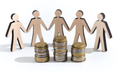 Houten uitgesneden mens die besluit om al hun spaargeld in munten, panorama, kopieerruimte te crowdfunden Stockfoto