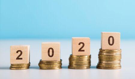 Financieel begrip. Stijgend BBP, menselijk inkomen en pensioen in 2020, panorama, kopieerruimte