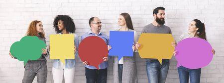 Austausch von Ideen. Gruppe von Millennials, die leere bunte Sprechblasen mit leerem Raum halten, Panorama Standard-Bild