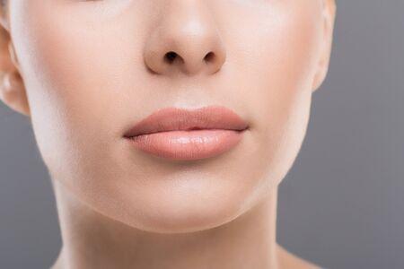 Schönheit der Lippen. Nahaufnahme des perfekten weiblichen Gesichts, permanentes Make-up-Konzept
