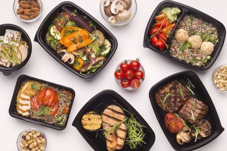 Restaurante de entrega de comida sana en cajas para llevar para la nutrición diaria sobre fondo blanco.