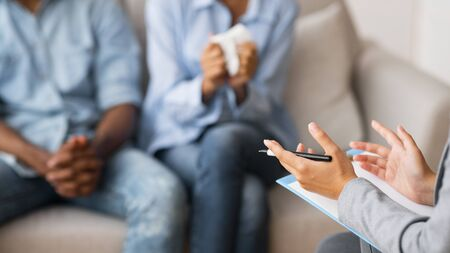Ayuda psicológica profesional para parejas. Terapeuta Matrimonial Consejería Afro Marido Y Mujer. Panorama, espacio de copia, enfoque selectivo Foto de archivo