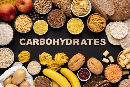 Alimentos saludables con alto contenido de fibra y carbohidratos con granos y texto sobre fondo negro