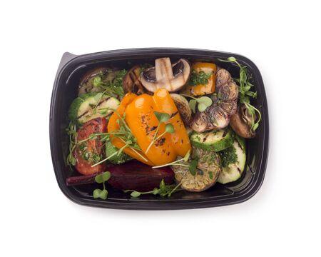 健康的生活方式。烤蔬菜在黑色快递盒为饮食营养,拷贝空间