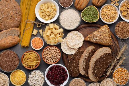 Alimentation saine. Sélection de produits sans gluten sur fond de bois