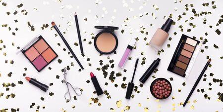 Brillamment. Mise à plat de produits de maquillage et d'accessoires sur fond blanc, panorama Banque d'images