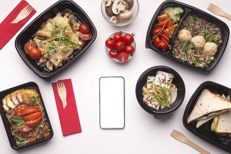 Entrega de alimentos saludables de lujo y alta calidad a través del teléfono celular con espacio en blanco en blanco