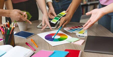 Junge kreative Grafikdesigner, die Farbmusterproben für die Auswahlfärbung auswählen, mit einem neuen Projekt arbeiten, Nahaufnahme