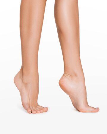 Gambe lisce perfette. Donna che fa un passo, isolata su sfondo bianco