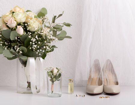 Hochzeitsdetails. Brautaccessoires mit Blumenstrauß und Schuhen mit hohen Absätzen Standard-Bild