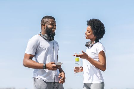 Running Program. African American Coach Guy Talking To Girl During Morning Jog Outside. Фото со стока - 129939310