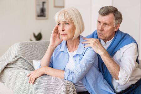 Marido y mujer maduros discutiendo, hombre tratando de resolver el conflicto familiar en casa Foto de archivo
