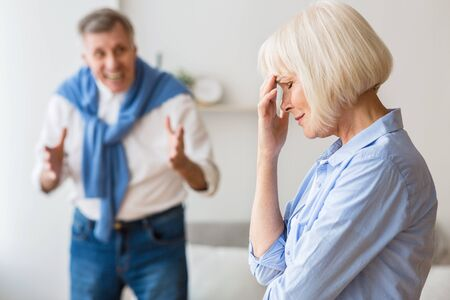 Problemas de pareja. Pareja mayor, peleas, en casa, hombre, gritar, esposa