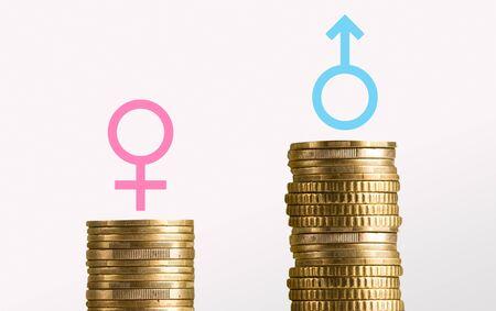 Écart de rémunération entre les sexes. Différentes piles de pièces avec des signes de genre masculin et féminin, panorama