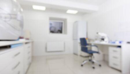 Verschwommenes medizinisches Labor mit Mikroskop und anderen modernen Geräten, Panorama, Kopierraum