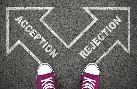Annahme- oder Ablehnungsentscheidung am Scheideweg. Genehmigt oder abgelehnt, Ja und Nein, richtiges oder falsches Ziel