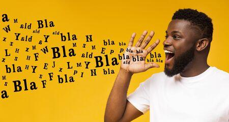 Bla bla bla. Beau mec noir criant à l'espace de copie, faisant une annonce avec des lettres de l'alphabet sortant de sa bouche, fond jaune, panorama