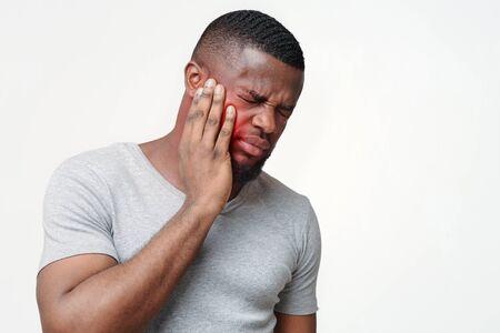 Junger Afro-Mann mit Zahnproblemen, Notwendigkeit einer Operation, Kopienraum Standard-Bild