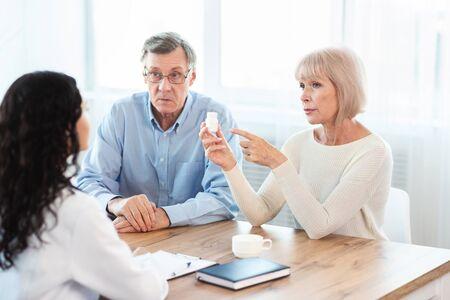 Consultez votre médecin. Femme âgée interrogeant son infirmière sur les indications et les contre-indications des nouveaux médicaments, copyspace