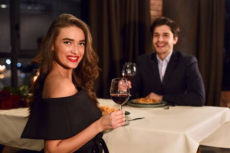 Beautiful couple in a restaurant having romantic dating drinking wine. Banque d'images - 137190488