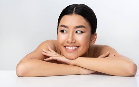 Beauty concept. Happy asian girl relaxing after cosmetology treatment, leaning on table Foto de archivo - 138299832