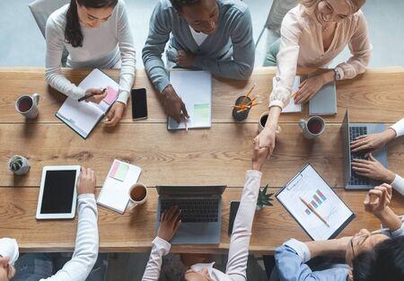 사무실에서 비즈니스 회의를 하는 다인종 창의적 팀의 상위 뷰, 작업 분위기 개념 스톡 콘텐츠