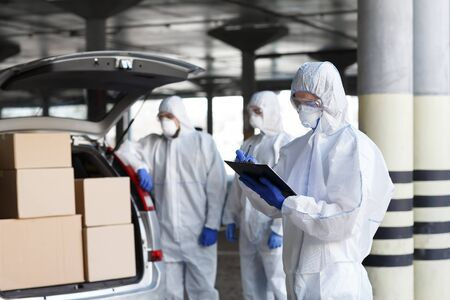 Coronavirus, World Pandemic, Covid-19. Virologists delivering vaccine to people on car, copy space Foto de archivo - 143685961