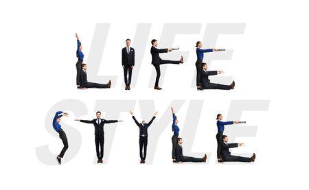 Groupe de personnes de bureau souriantes formant une phrase de style de vie isolée sur fond blanc, mur de studio