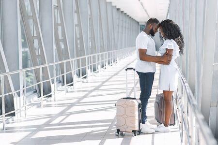 Reunión posterior a la cuarentena. Pareja romántica abrazándose en la terminal del aeropuerto, felices de verse después de un largo bloqueo debido a Covid-19, espacio de copia Foto de archivo